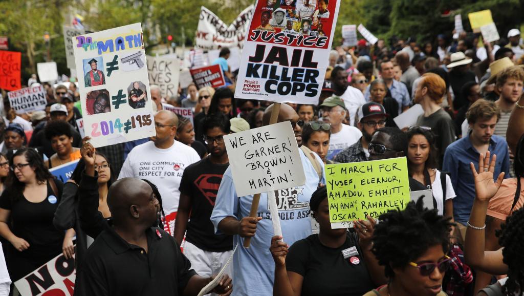 «Emprisonnez les policiers tueurs!»; «Nous sommes Garner, Brown, Martin!»: quelques-uns des slogans que l'on pouvait lire lors de la manifestation contre les violences policières, à New York, en août 2014. REUTERS/Shannon Stapleton