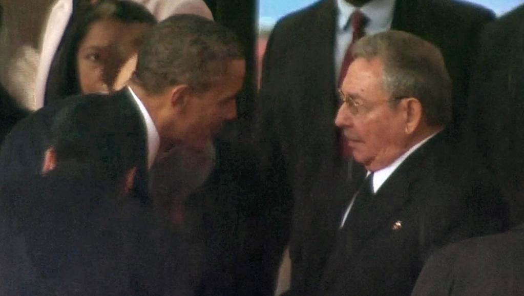 Le président américain Barack Obama sert la main de Raul Castro, président cubain, le 10 décembre au FNB Stadium de Johannesburg. REUTERS/SABC via Reuters TV