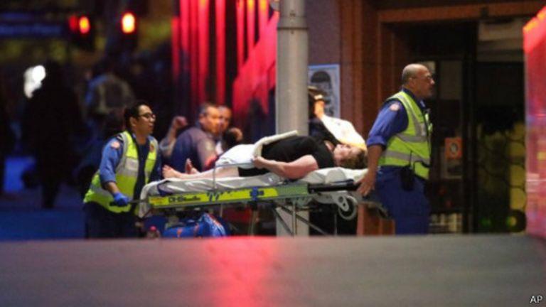 Des otages sortaient en courant du bâtiment tandis que d'autres étaient emmenés sur des brancards.