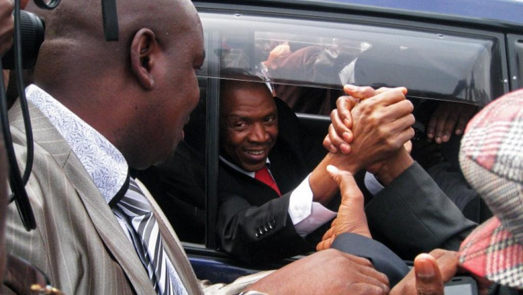 Agathon Rwasa salué par ses partisans à Bujumbura, le 6 août 2013. AFP PHOTO/Esdras Ndikumana