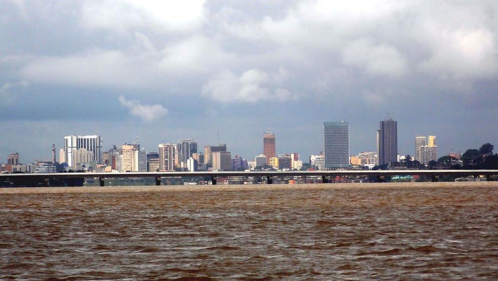 Le pont Henri Konan Bédié qui enjambe la lagune d'Abidjan, Côte d'Ivoire. Wikimedia