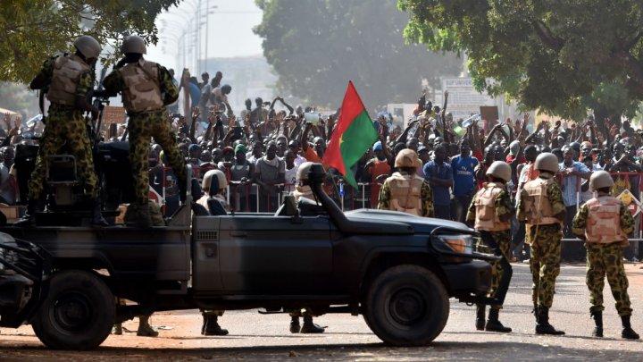 Burkina Faso: la suspension des partis pro-Compaoré fait débat