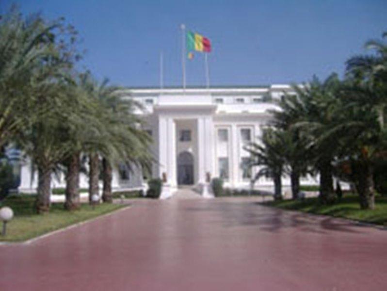 Un gendarme en faction devant le Palais, violemment heurté par un bus