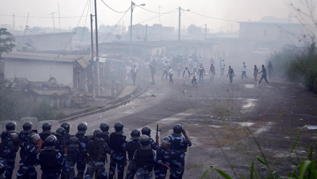 Face à face entre les forces de l'ordre gabonaises et des manifestants, le 20 décembre 2014 à Libreville. AFP PHOTO/CELIA LEBUR