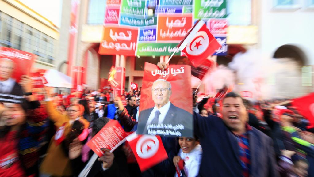Les partisans du parti Nidaa Tounes célèbrent la victoire de Beji Caïd Essebsi à l'élection présidentielle tunisienne, lundi 22 décembre. REUTERS/Anis Mili