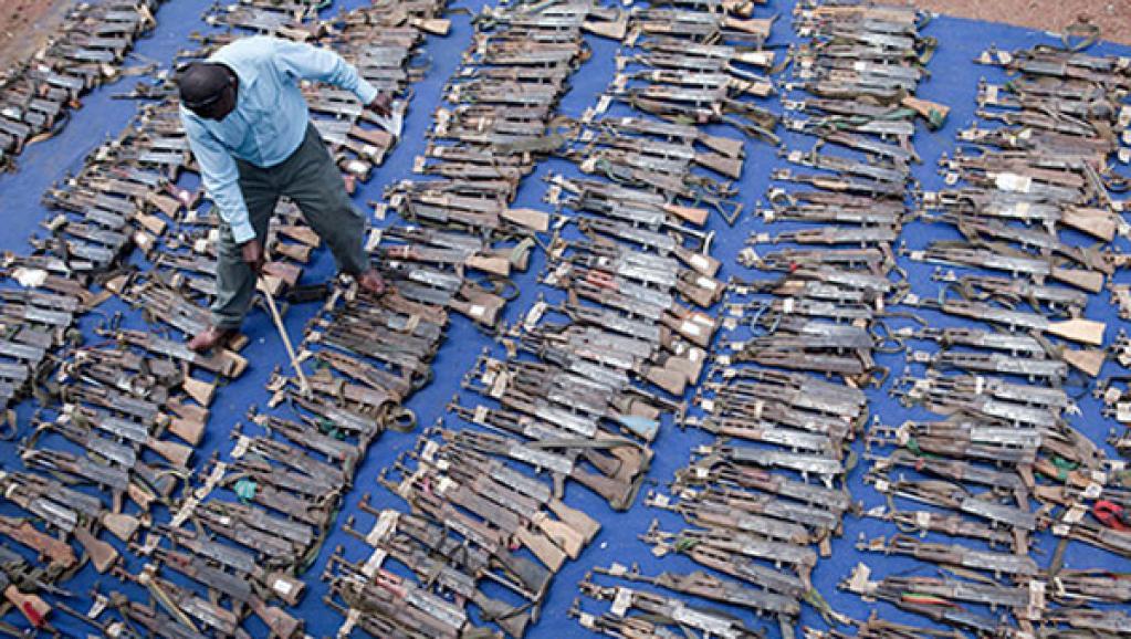 Un agent du programme DDRRR (Désarmement, démobilisation, rapatriement, réintégration et réinstallation) fait l'inventaire d'un lot d'armes prises aux mains d'ex-combattants à l'Est de la R. D. Congo flickr.com/MONUSCO