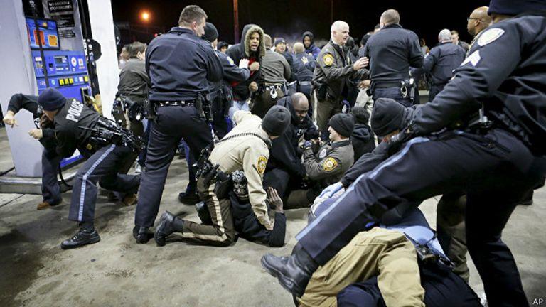 La police a eu du mal à contrôler la foule rassemblée sur les lieux de la fusillade.