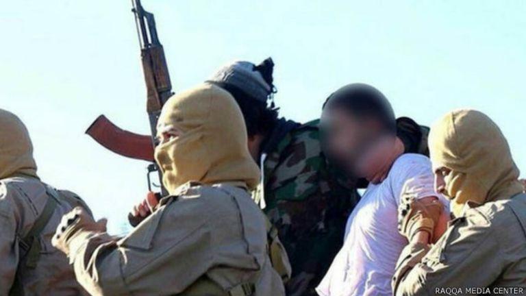 L'une des photos montre un pilote, vêtu d'une chemise blanche, entouré par des hommes armés.