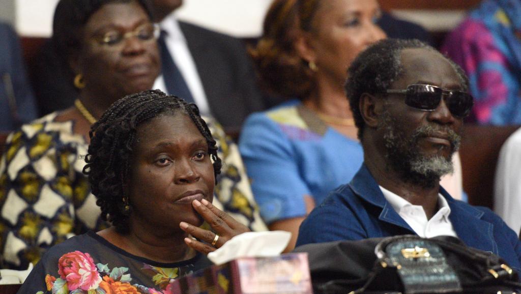 L'audience de ce 26 décembre a été l'occasion de voir Simone Gbagbo, pour la première fois depuis son arrestation avec son époux en avril 2011. A ses côtés, se tient l'ancien Premier ministre Gilbert Ake N'Gbo, également poursuivi. AFP PHOTO / SIA KAMBOU