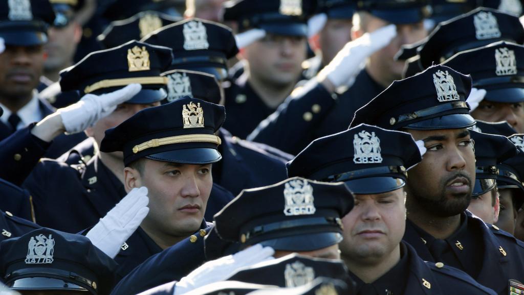 Des milliers de policiers sont venus de tout le pays pour rendre hommage à leur collègue, Rafael Ramos, tué le 20 décembre à New York. REUTERS/Mike Segar