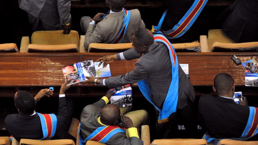 Les députés congolais doivent examiner le 28 décembre 2014 un projet de révision de la carte et de la loi électorale. Ici, ambiance au Parlement de la RDC à Kinshasa, le 15 décembre. AFP PHOTO / JUNIOR D.KANNAH