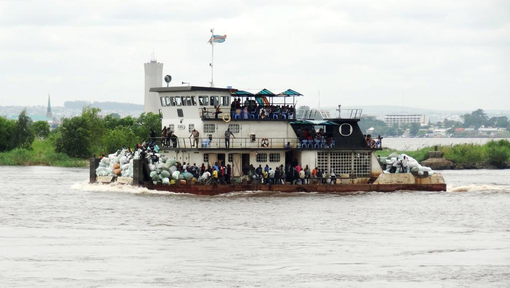 La Croix-Rouge et la société civile d'Isangi pointent un chargement excessif de l'embarcation qui a fait naufrage dans la nuit du 22 au 23 décembre 2014. Ici, un bateau sur le fleuve Congo entre Kinshasa et Brazzaville, le 16 février 2013.