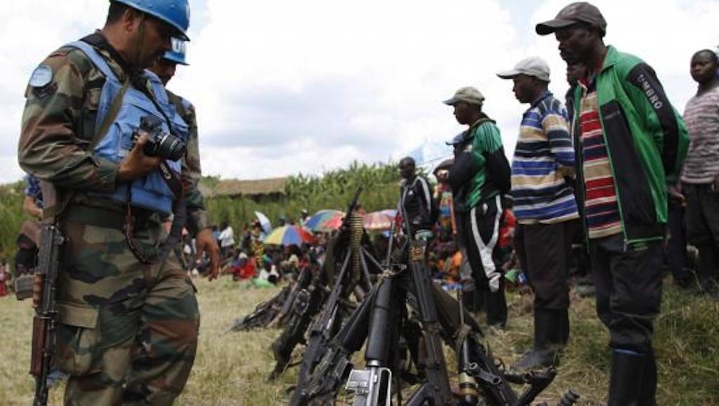 Reddition de combattants du FDLR, à Kateku, dans l'est de la RDC, le 30 mai 2014, sous la supervision des casques bleus.