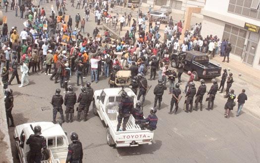 Après la grève de faim, les sortants de la FASTEF investissent la rue