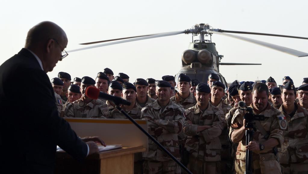 Jean-Yves Le Drian s'adresse aux soldats français de l'opération Barkhane, le 2 janvier, au camp militaire basé au nord de la ville malienne de Gao. AFP PHOTO / DOMINIQUE FAGET