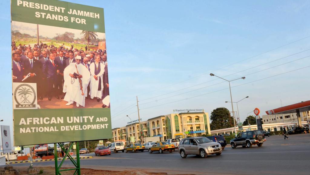 Une affiche de campagne du président Yahya Jammeh, à Banjul, capitale gambienne, le 22 novembre 2011