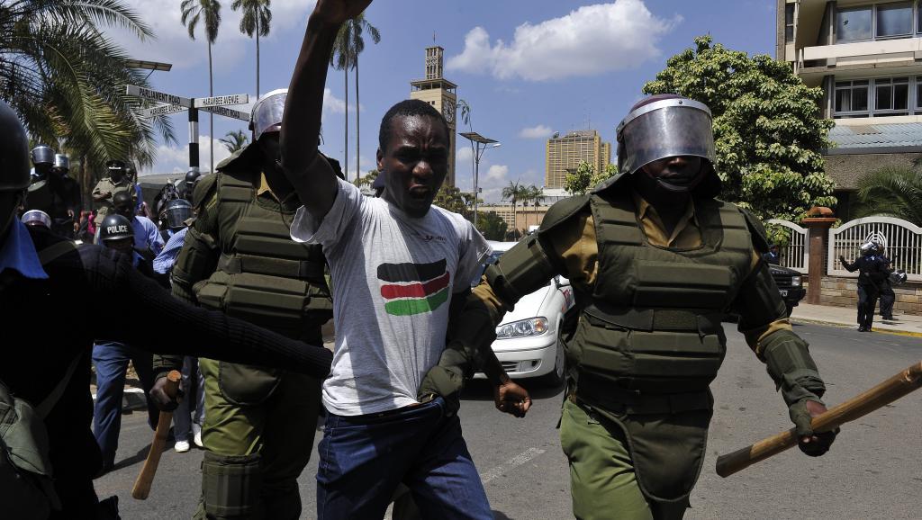 Un manifestant contre les nouvelles lois antiterroristes arrêté par la police à Nairobi, le 18 décembre 2014. AFP/Simon Maina