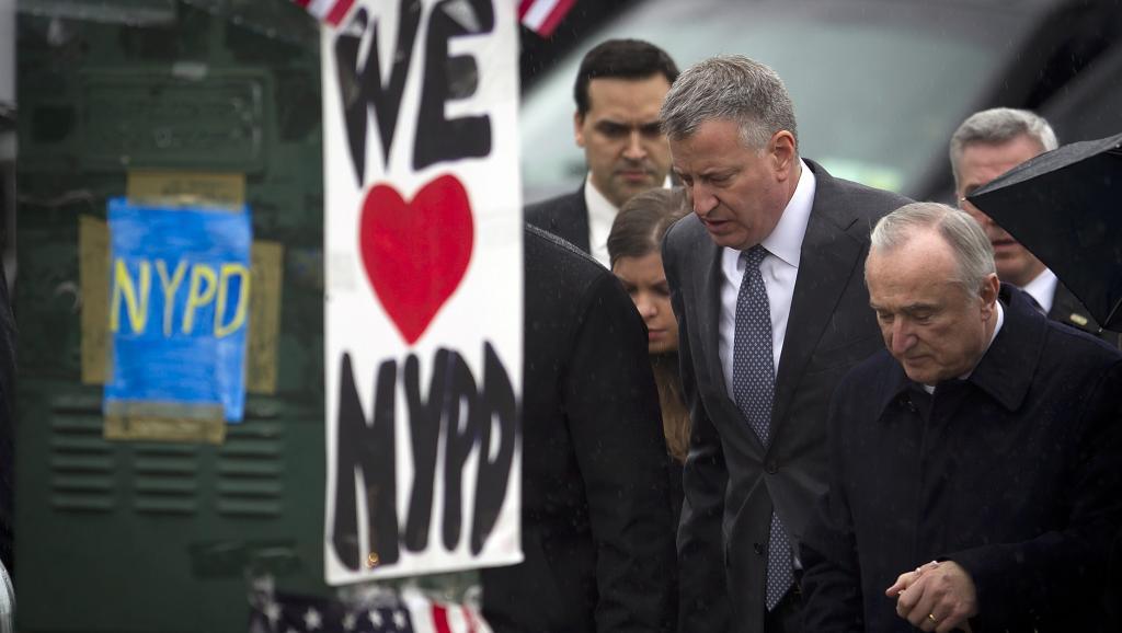 Le maire de New York, Bill de Blasio (à gauche), a fait une apparition aux côtés du chef de la police, Bill Bratton, à la veillée funéraire de Wenjian Liu, le deuxième policier assassiné le 20 décembre 2014. REUTERS/Carlo Allegri