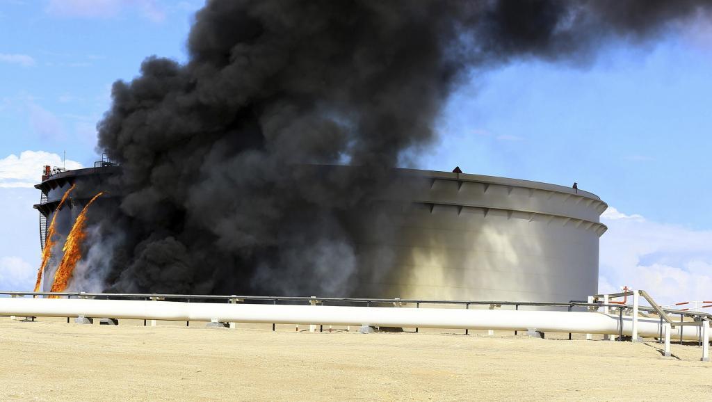 Trois réservoirs de pétrole en feu dans un terminal de l'est de la Libye, le 25 décembre 2014. REUTERS/Stringer