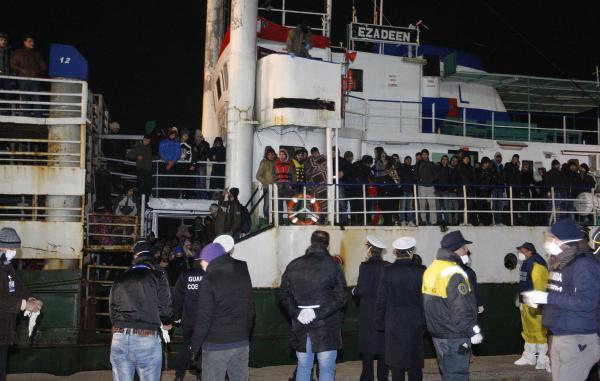 L'Ezadeen et les 360 migrants clandestins qui se trouvaient à son bord sont arrivés, vendredi 2 janvier au soir, dans le port italien de Corigliano. REUTERS/Antonino Condorelli