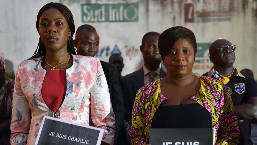 La ministre de la Communication ivoirienne Bamba Lamine (à gauche), et la présidente de l'association de la presse étrangère, Mah Camara, ont montré leur solidarité avec la France, à Abidjan, le 9 janvier 2015. AFP PHOTO / SIA KAMBOU