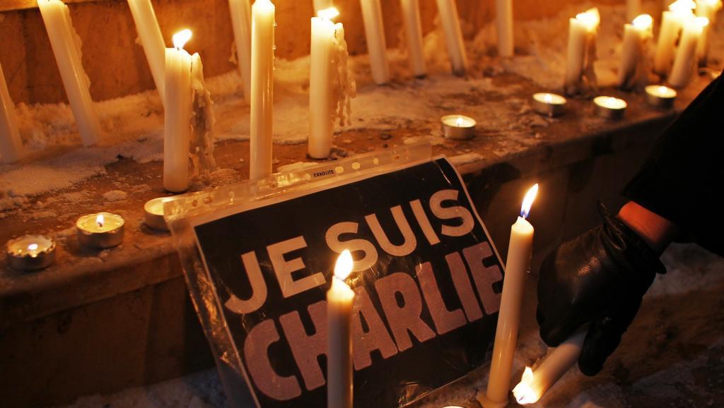 La marche parisienne partira de la place de la République où se sont retrouvés spontanément mercredi soir les Parisiens choqués par l'attentat contre l'hebdomadaire satirique Charlie Hedbo. REUTERS/Hazir Reka