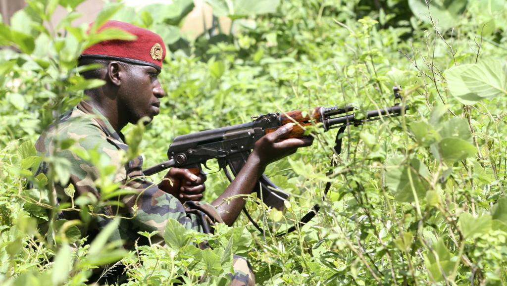 Un soldat des Forces républicaines de Côte d'Ivoire (FRCI) dans le village de Para (Liberia), non loin de la frontière ivoirienne, le 17 juin 2012. REUTERS/Luc Gnago