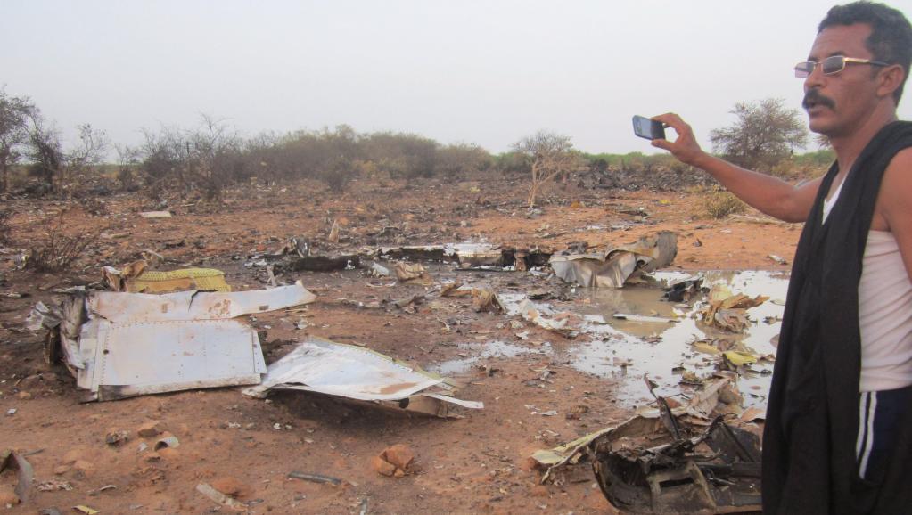Sur le site du crash du vol Air Algérie qui s'est écrasé dans le nord du Mali, à Gossi, près de la frontière burkinabè. REUTERS/Stringer