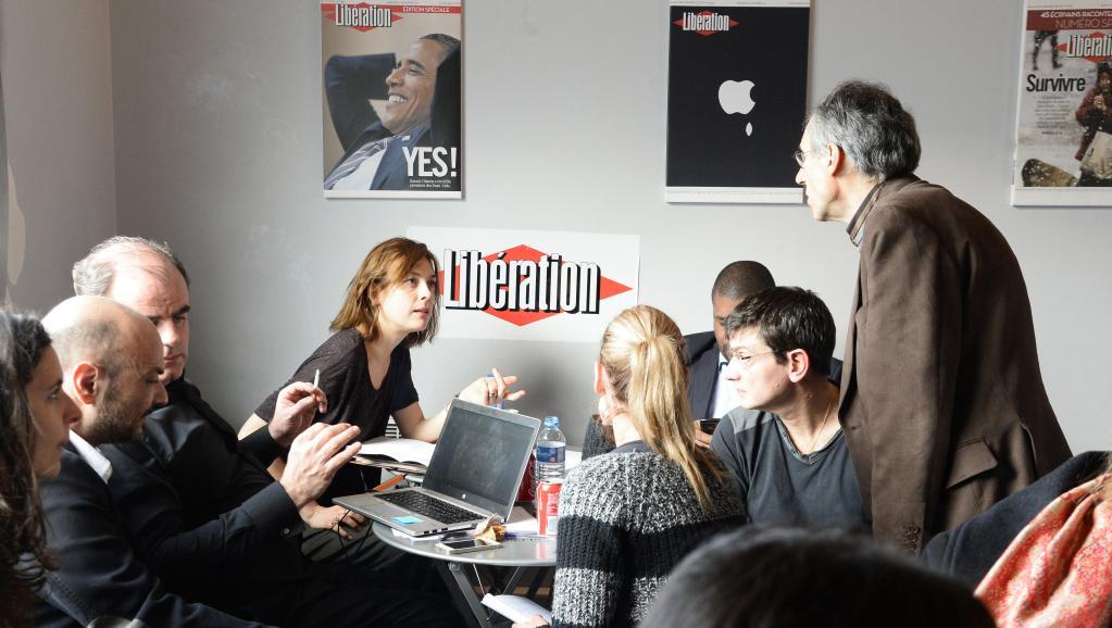 L'équipe de Charlie Hebdo, photographiée le 9 janvier 2015 dans les locaux du quotidien Libération. AFP PHOTO / BERTRAND GUAY
