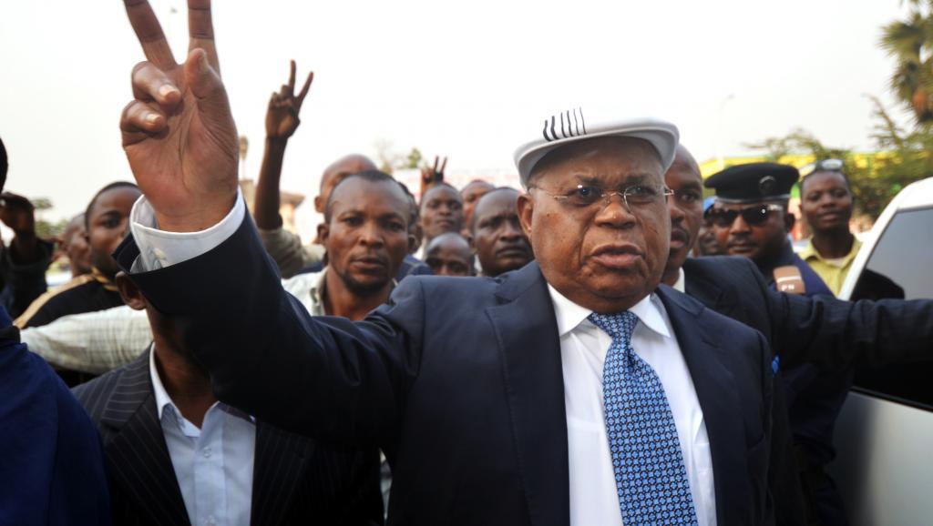 Etienne Tshisekedi lors de son arrivée à l'église Notre-Dame à Kinshasa, en juin 2012, pour un meeting de son parti l'UDPS. AFP PHOTO / JUNIOR DIDI KANNAH
