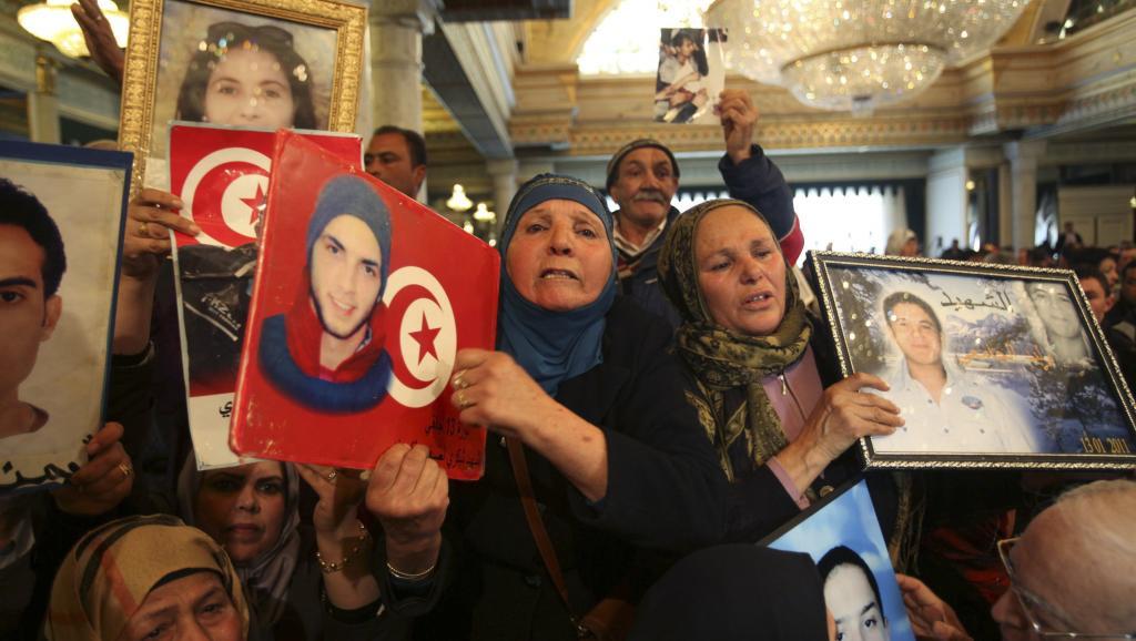 Les proches des victimes de la révolution tunisienne de 2011 lors des célébrations du 4e anniversaire, le 14 janvier 2015, au palais présidentiel. REUTERS/Zoubeir Souissi