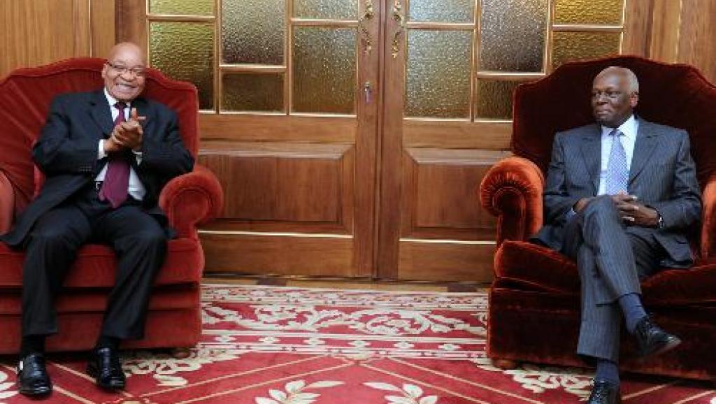 Le président angolais, José Eduardo dos Santos (d.), et son homologue sud-africain, Jacob Zuma. Francisco Bernardo, JAI Imagens