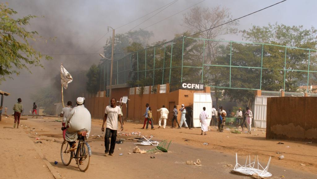 Le Centre culturel français de Zinder a été incendié au cours d'une manifestation anti-Charlie Hebdo, le 16 janvier 2015 au Niger. AFP PHOTO / STRINGER