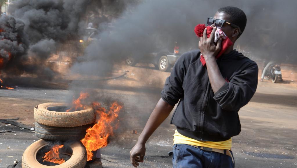 La police a dispersé les manifestants avec des gaz lacrymogènes provoquant en retour insultes et jets de pierres. Niamey, le 18 janvier 2015. AFP PHOTO / BOUREIMA HAMA