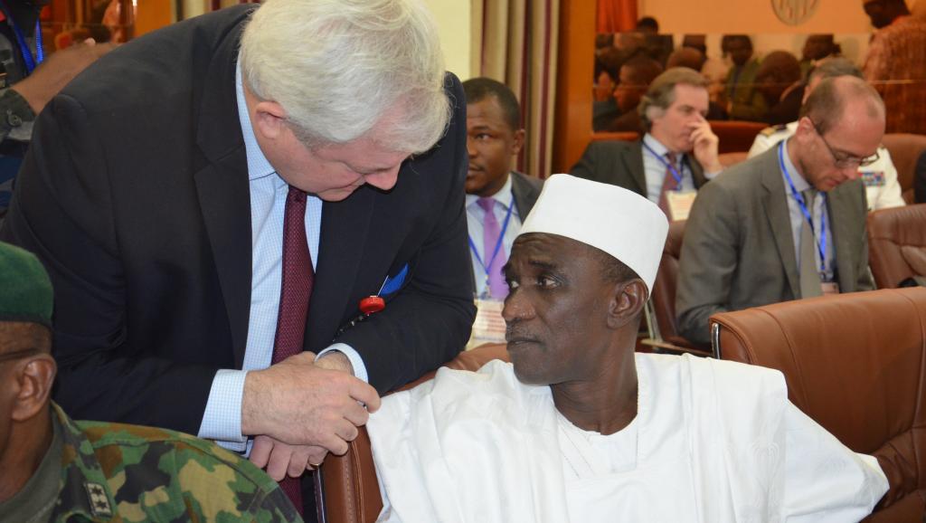L'ambassadeur du Nigeria au Niger, Aliou Issa Sokoto (d), lors du sommet régional, à Niamey, consacré à la lutte contre Boko Haram, ce mardi 20 janvier 2015. HAMA BOUREIMA / AFP