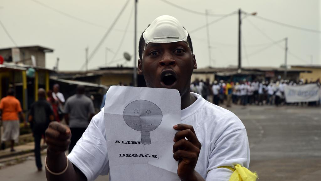 «Ali dégage» proclame ce manifestant le 20 décembre 2014 dans le quartier de Rio de Libreville. AFP/Celia Lebur