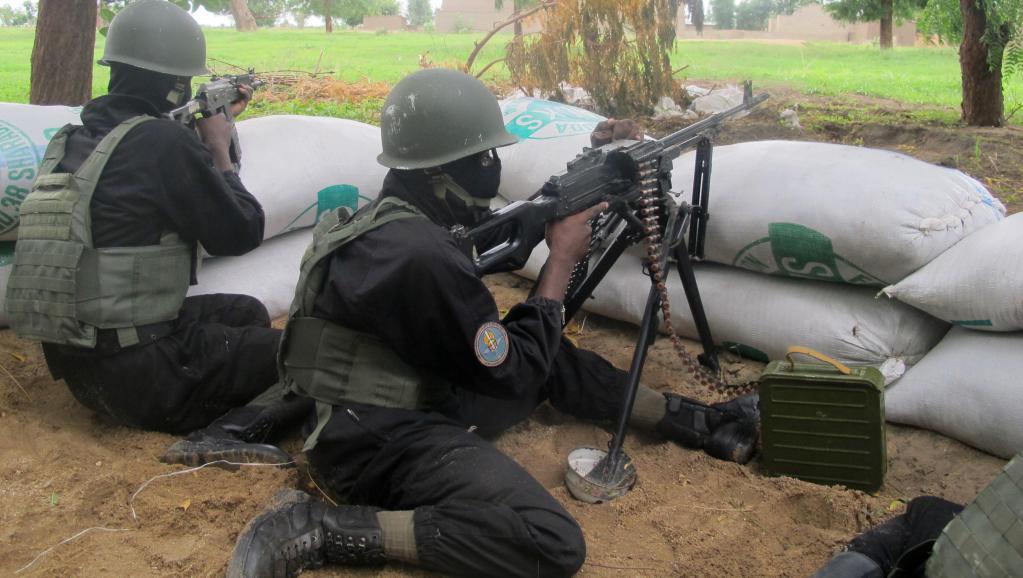 Des soldats camerounais, le 17 juin 2014, dans la ville-frontière d'Amchidé, à l'extrême nord du pays. Reinnier KAZE / AFP