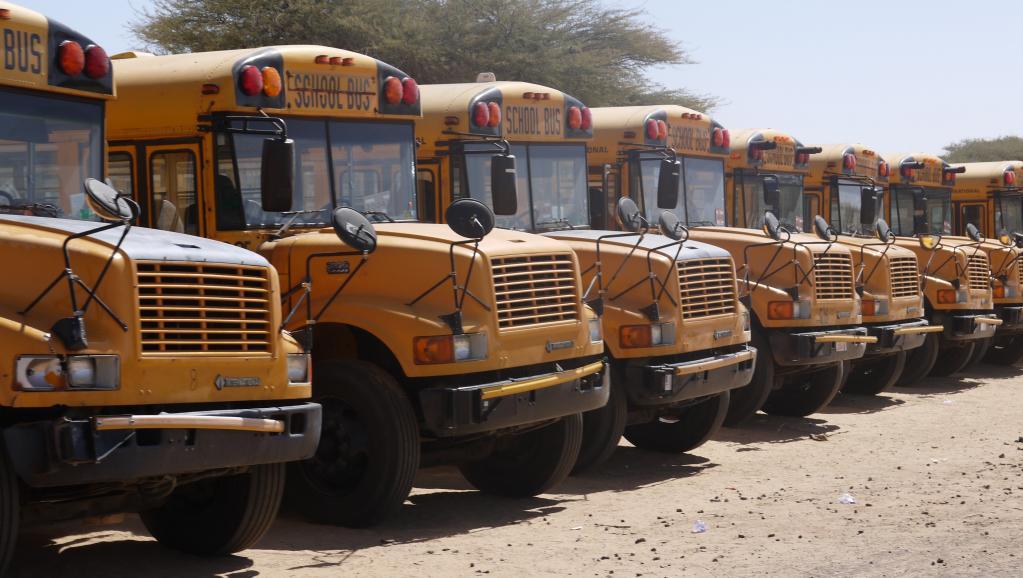 Les bus scolaires nigérians stationnés devant le camp de réfugiés de Gagamari dans le sud du Niger. RFI/Nicolas Champeaux