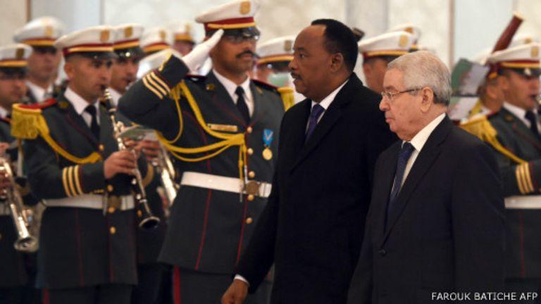 Le président du sénal algérien Abdelkar Bensalah le 25 janvier, lors de l'arrivée du président nigérien Issoufou Mahamadou à l'aéroport Houari Boumedienne d'Alger pour une viste de 3 jours.