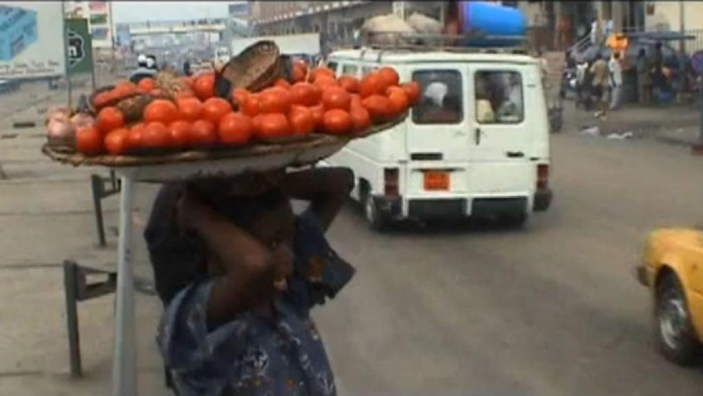 Une petite fille vendeuse ambulante de fruits au marché d'Antokpa à Cotonou au Bénin (Capture d'écran). DR