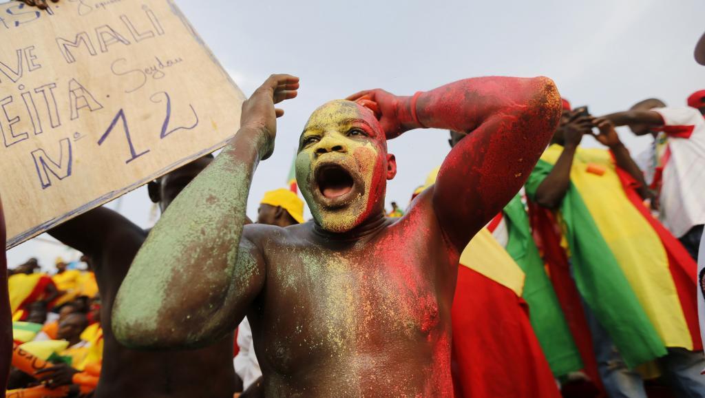 Un supporteur malien venu assister au match Guinée - Mali, le 28 janvier à Mongomo. Ce dernier va très certainement prier toute la nuit dans l'espoir d'une main heureuse lors du tirage au sort qui désignera l'équipe qualifiée pour les quarts de finale... REUTERS/Mike Hutchings