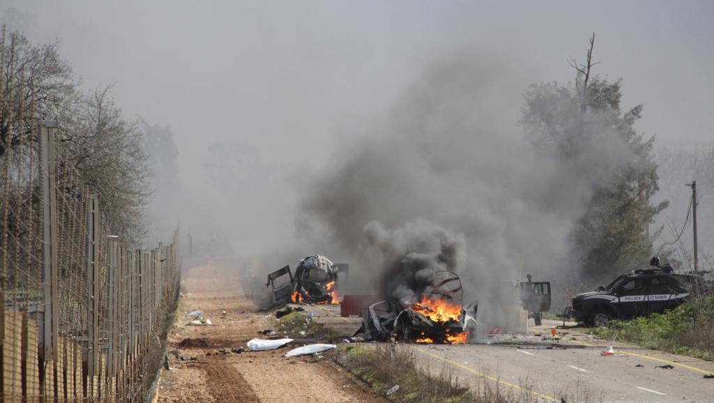 Des véhicules en flamme, à proximité du village de Ghajar, à la frontière israélo-libanaise, le 28 janvier 2015. REUTERS/Maruf Khatib
