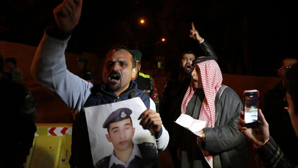 Des parents du pilote jordanien Maaz al-Kassasbeh, otage du groupe EI, manifestent devant le palais royal d'Amman, mercredi 28 janvier 2015. REUTERS/Muhammad Hamed