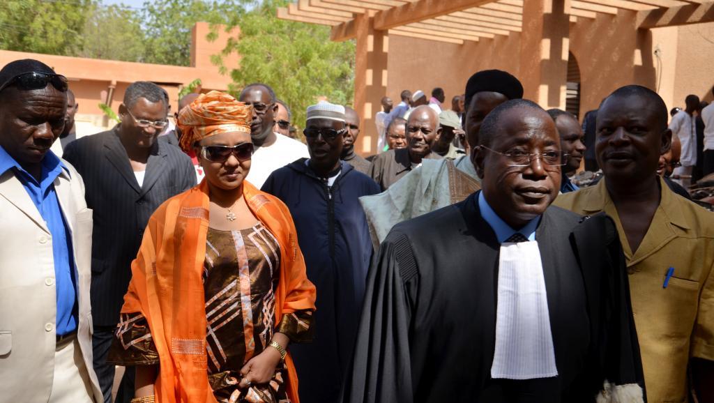 Au Niger, Hadidza, l'épouse d'Hama Amadou ressort libre du tribunal après que ce dernier s'est déclaré incompétent pour juger l'affaire dite de supposition d'enfant. AFP PHOTO/HAMA BOUREIMA