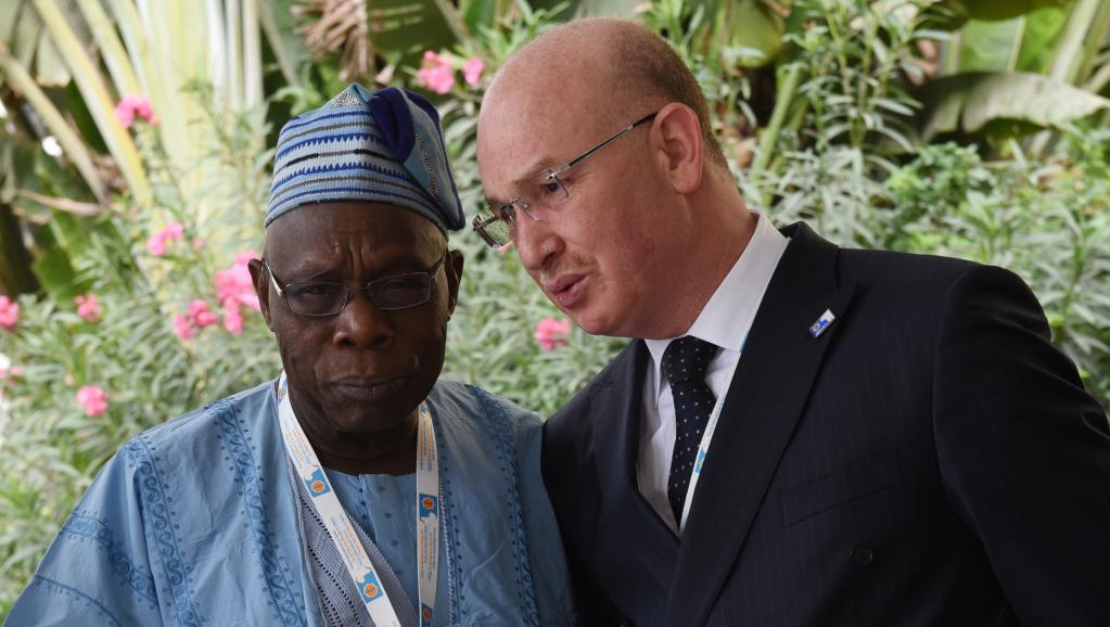 le commissaire à la paix et à la sécurité de l'Union africaine Smaïl Chergui, ici en conversation avec l'ancien président du Nigeria, Olusegun Obasanjo. AFP PHOTO / SEYLLOU