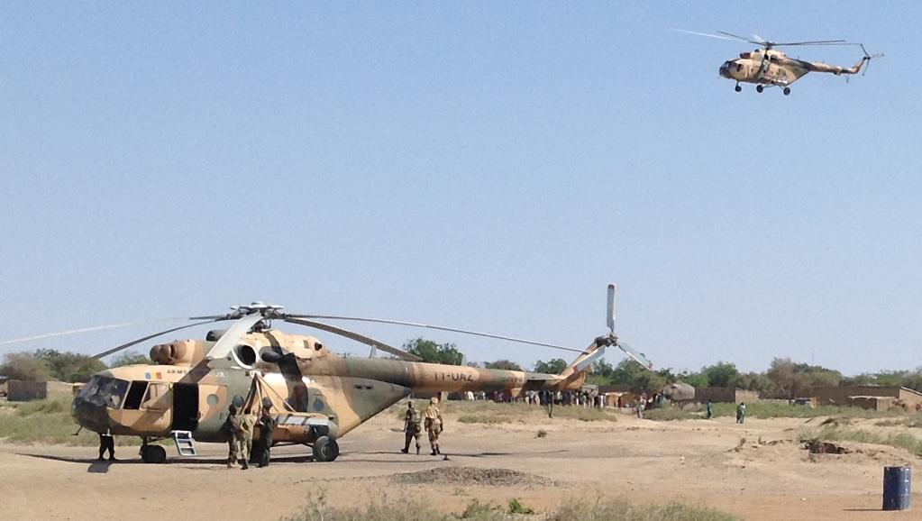 Les hélicoptères de l'armée tchadienne positionnés près de la ville de Gamboru, le 1er février 2015. AFP PHOTO / STEPHANE YAS