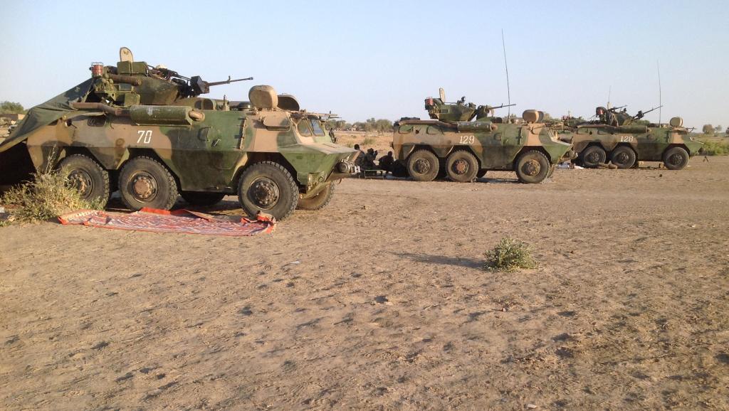Des véhicules blindés de l'armée tchadienne positionnés à Fotokol, à la frontière camerounaise, se dirigent vers Gamboru au Nigeria, à 500 mètres de là, dimanche 1er février. AFP PHOTO / STEPHANE YAS