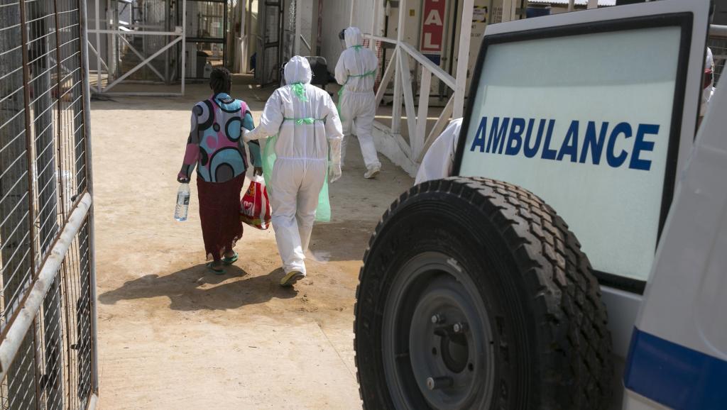 Un membre du personnel soignant accueille un malade d'Ebola dans le centre de traitement de Kerry Town, le 22 décembre 2014. REUTERS/Baz Ratner