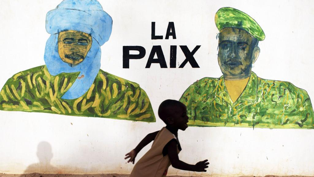 Un enfant, devant une fresque peinte sur un mur de Tombouctou, en juillet 2013. REUTERS/Joe Penney