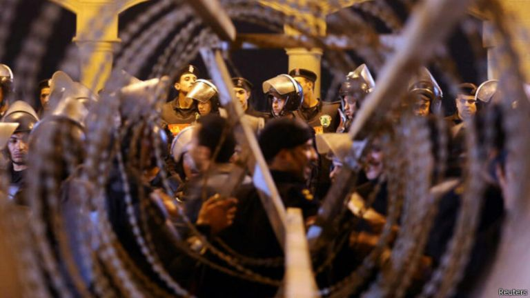 Les fans ont reproché à la police de les avoir forcés à emprunter un passage étroit et fermé.
